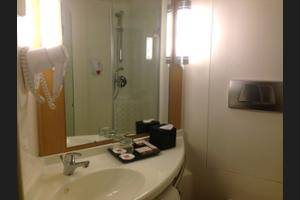 ibis Cawang Jakarta - Bathroom