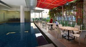 Cipta Hotel Pancoran - Kolam renang dan tempat bersantai