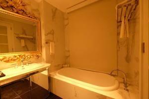 Lafayette Boutique Hotel Yogyakarta - Bathtub