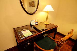 Singgasana Hotel Surabaya - Executive Suite Writing Desk