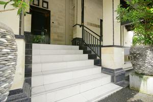 Airy Raya Pengadangan Mengwi 2 Bali - Stairs