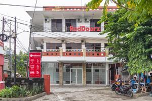RedDoorz Plus @ Gunungsari Surabaya