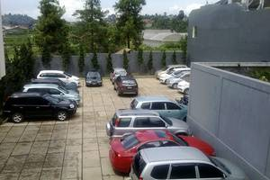 Villa Puri Teras Lembang - Parking Area