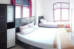 Radial Mas Resto & Kost Palembang - Family Room; 1 King Bed + 1 Single Bed