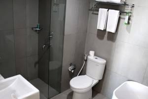 Pesonna Hotel Makassar - Suite Bathroom
