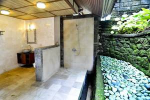 Bali Spirit Hotel & Spa Bali - Emerald Bathroom