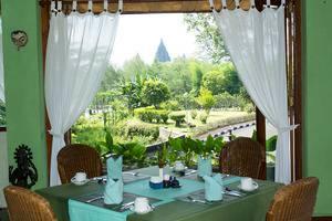 Poeri Devata Resort Hotel Yogyakarta - Kedhaton Restaurant dengan Pemandangan Candi Prambanan