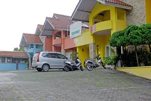 RedDoorz near Kampung Gajah Bandung - Eksterior