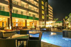 Dalton Hotel Makassar - Side of pool