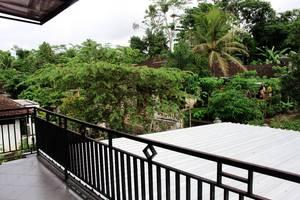Rifqi Guesthouse Pacitan - Balkon dengan pemandangan desa