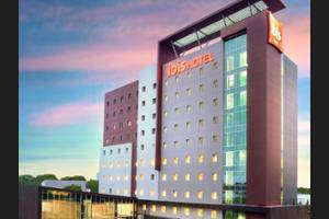 ibis Makassar City Center - Hotel Front