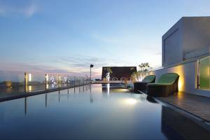 Max One Hotel Legian - Pool view