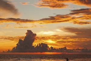 RedDoorz Near Beachwalk Kuta Bali - Matahari terbenam