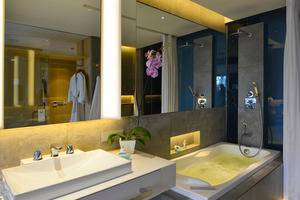 IZE Seminyak Bali - Deluxe Jacuzzi Twin Bathroom