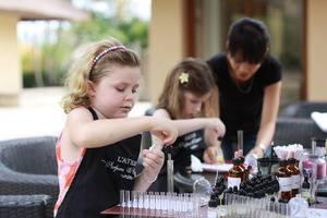 Ayana Bali - Membuat parfum