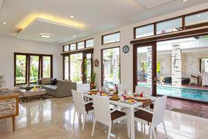Club Corner Residence by Nagisa Bali Bali - Ruang makan dan ruang keluarga, pemandangan kolam renang