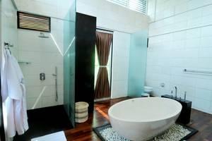 Marbella Pool Suites Seminyak - Kamar mandi Suite BR renang 2