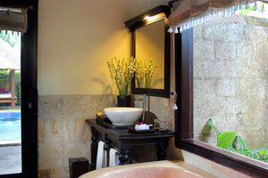 Furama Villas Ubud - bathtub - romantic setup