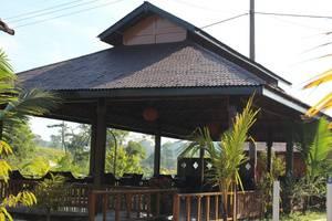 Rumah Kayu Pinggir Kali Pasuruan -