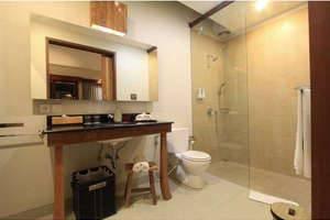 Uma Karan Seminyak Bali - Kamar mandi
