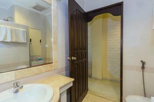 RedDoorz @Arjuna Double Six Bali - Kamar mandi