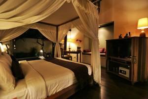 The Sanyas Suite Bali - Kamar tidur dan day bed Deluxe Suite Villa
