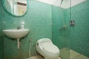 RedDoorz near Juanda Airport T2 Sedati - Bathroom