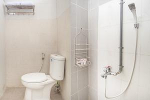 OYO 143 Dukuh Kupang Residence Surabaya - Bathroom