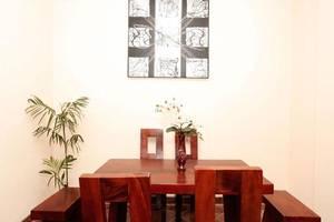 Griya 35 Homestay Jogja - Meja dan kursi