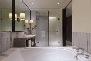 Sheraton Grand Jakarta Gandaria City Hotel Jakarta - Deep Soaking Bathtub