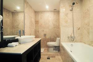 Grand Edge Hotel Semarang - Junior Suite Bathroom