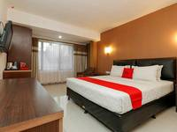 RedDoorz Plus near Karebosi Area Makassar - Junior Suite Regular Plan